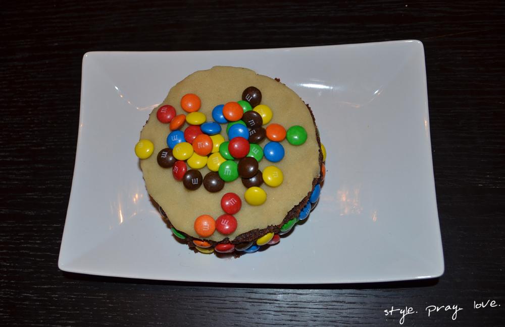 Super Nebeneffekt: Wir haben den Tag nach Noah Joels Geburtstag mit Gästen gefeiert. Umso schöner, dass wir auch direkt am Geburtstag schon etwas von seinem Geburtstagskuchen probieren konnten. Dafür habe ich ihn einfach mit einer Marzipanschicht und M&Ms dekoriert.