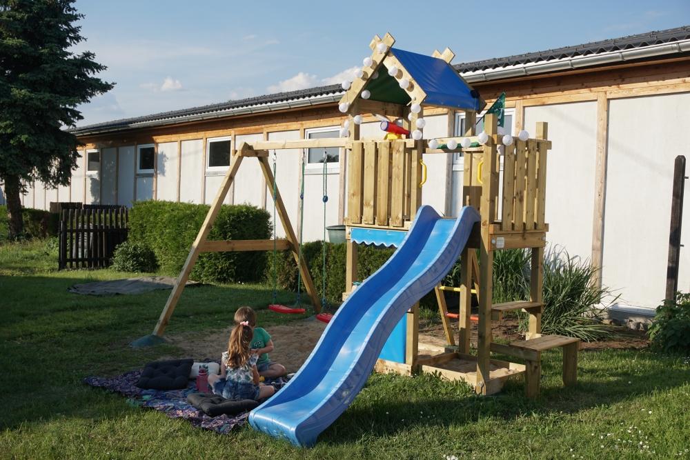 Picknick vorm Jungle Gym Spielturm